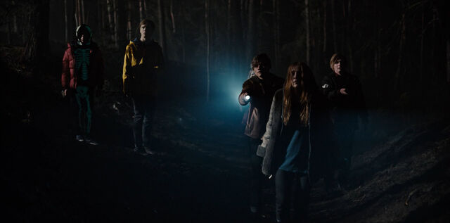 File:Dark 1x01 - Kids outside the cave.jpg
