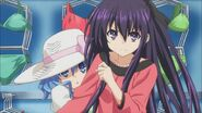 Tohka protects Yoshino