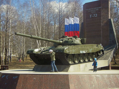 T-72-Denkmal in Nischni Tagil. Die Inschrift bedeutet Den Mitarbeitern des Uraler Waggonwerkes – Schöpfer des Panzers T-72
