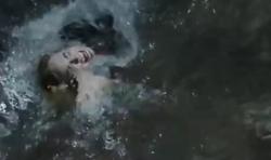 Sara wird vom Wasser eingesaugt