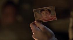 Der Mann gibt Sara ein Bild von Sin