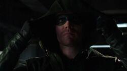 Oliver setzt die Maske auf