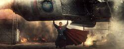 Superman segurando um pedaço de foguete
