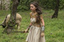 Jovem Diana treinando com uma espada
