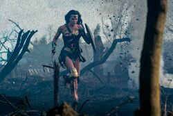 Diana correndo através da terra de ninguém
