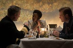 Amanda em um jantar com oficiais do governo