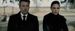 Bruce e Diana no funeral de Clark