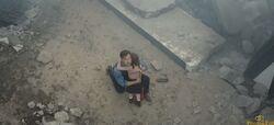 Bruce abraçando a garotinha