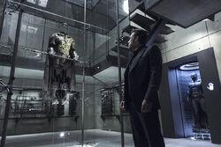 Batman olhando para a roupa de Jason