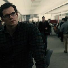 Clark es reprendido por Perry.