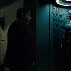Bruce mirando el Batitraje.