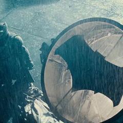 Batman enciende la Bati-señal.