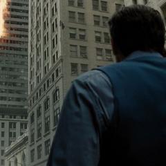 Bruce llamando a Jack mientras su edificio es destruido.