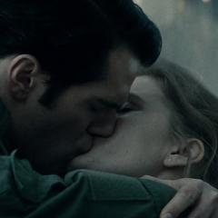 Clark y Lois compartiendo su primer beso.