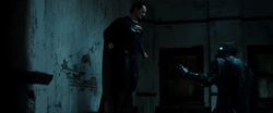 Superman dispuesto a atacar a Batman