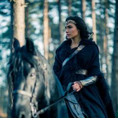 Diana montando un caballo.