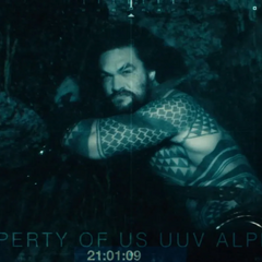 Aquaman viendo una cámara en el fondo del océano pacífico.