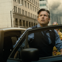 Bruce viendo una batalla aérea en Metrópolis.