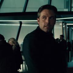 Bruce persiguiendo a Diana Prince.