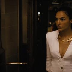 Diana llegando a su habitación.