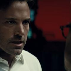 Bruce habla con Alferd acerca de Superman.