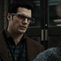 Clark hablando con la esposa del fallecido Cesar Santos.