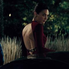 Diana a punto de escapar en un auto.