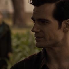 Clark le habla a Lois sobre el anillo que le dio.
