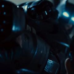 Superman bloquea la patada de Batman.