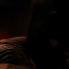Batman golpea la pared de Luthor con su anillo quemador.