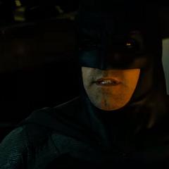 Batman amenazando a Superman con hacerlo sangrar.