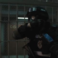 El Guasón quitándose la máscara del equipo SWAT.