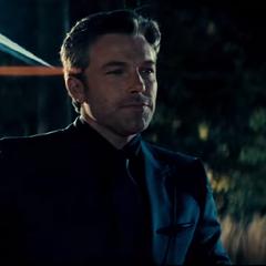 Bruce llega a la fiesta organizada por Lex Luthor.