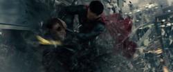 Superman golpea a Zod contra los edificios
