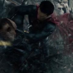 Superman golpeando a Zod contra los edificios.