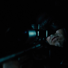 Batman a punto de lanzarle un localizador al camión de Luthor.