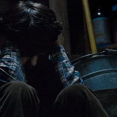 Clark oculto en un armario.
