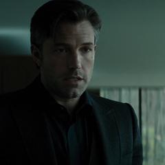 Bruce ideando un plan para entrar a las instalaciones de LexCorp.