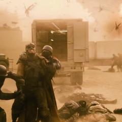 Batman confronta a los soldados de Superman mientras los Parademons invaden la zona.