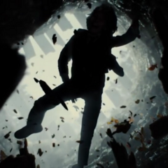 Bruce cayéndose en una caverna.