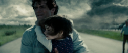 Clark cargando a una niña