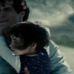 Clark cargando a una niña durante el incidente.