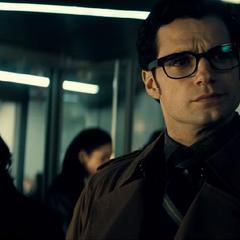 Clark viendo la llegada de Bruce Wayne.