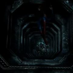 Superman es lanzado desde lo alto del edificio.