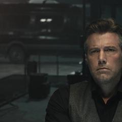 Bruce viendo un holograma de Superman.