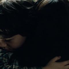 Clark abrazando a Martha por ayudarle a resolver su problema.