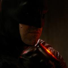 Batman escuchando las amenazas de Luthor.