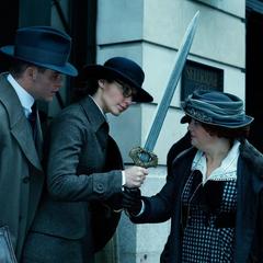 Diana le entrega su espada a Etta.