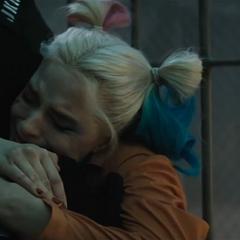 El Guasón es abrazado por Harley.