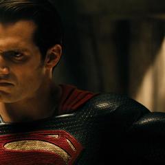 Superman tras quitarle su máscara a Batman.